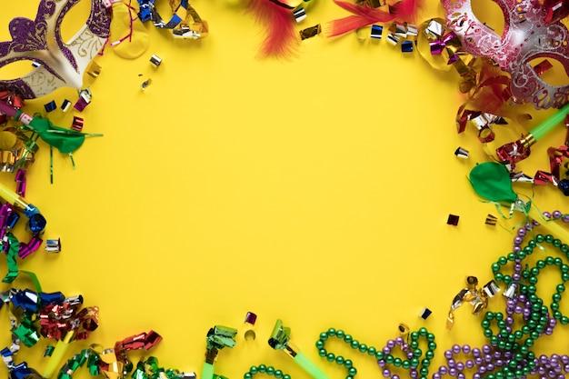 Frame van carnaval spullen op geel