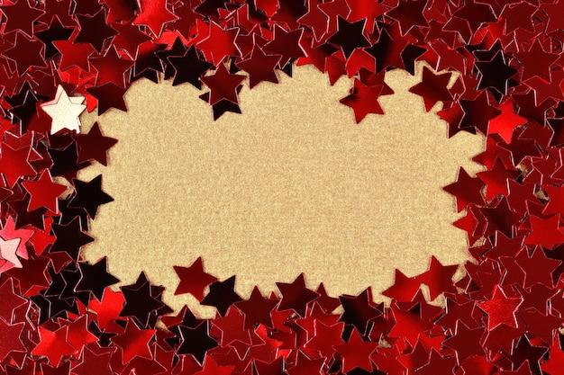 Frame van confetti in de vorm van rode sterren