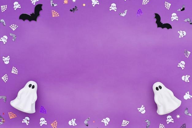Frame van confetti in de vorm van schedels, spinnen, spinnenwebben, vleermuizen en spoken