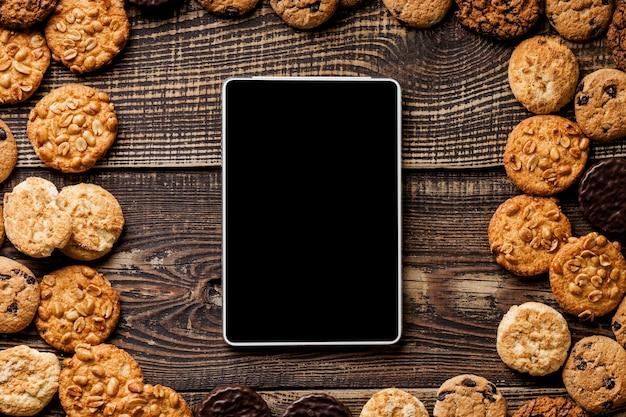Frame van cookies naast tablet