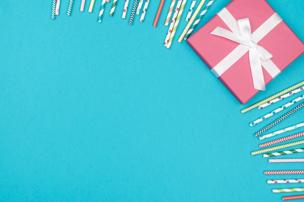 Frame van decoratiepartij op kleurrijke achtergrond