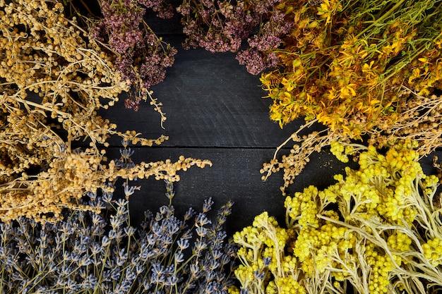 Frame van droge kruiden bloemen