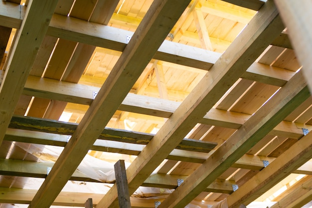 Frame van een nieuw houten huis.