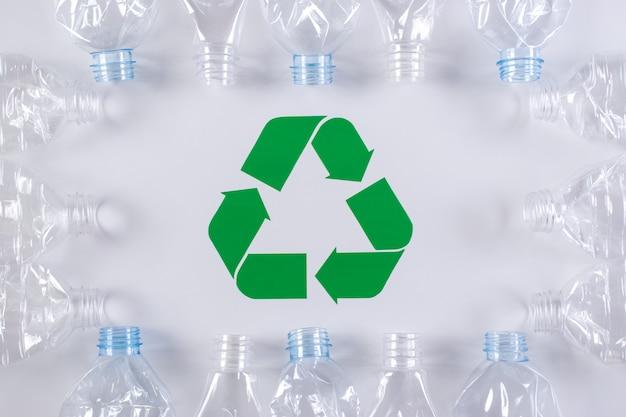 Frame van gebruikte plastic flessenachtergrond met kringloopteken. recycle en world environment day concept