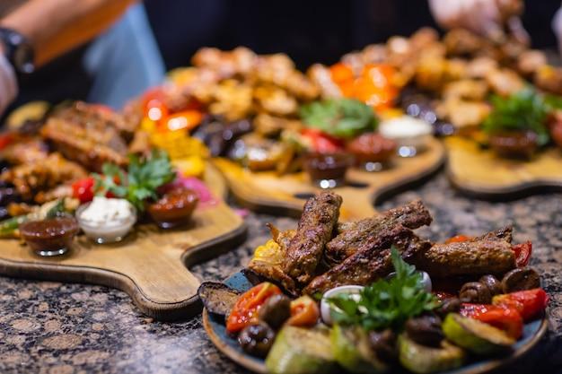 Frame van gegrilde steak, gegrilde groenten, aardappelen, salade, verschillende snacks en zelfgemaakte limonade, bovenaanzicht. concept eettafel.