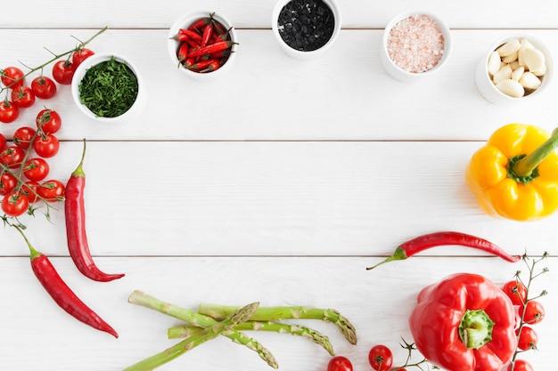 Frame van gezond gekruid voedsel op witte houten