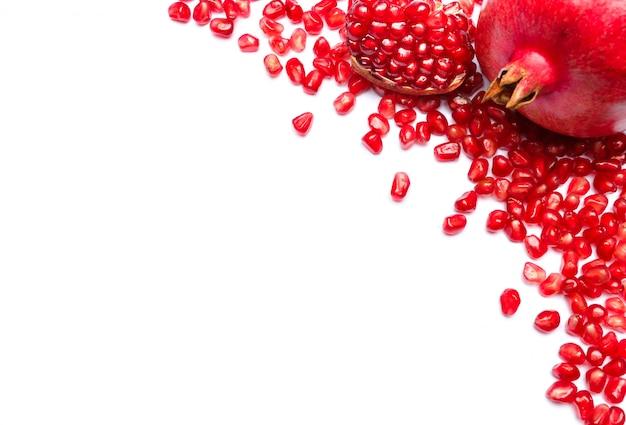 Frame van granaatappel zaden op witte tafel