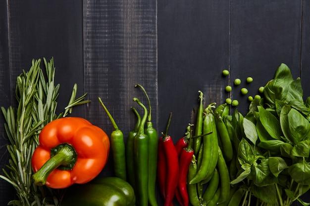 Frame van groenten basilicum, zoete en chilipepers met kerstomaatjes