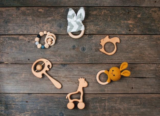 Frame van houten babyspeelgoed, zitzak en bijtringen