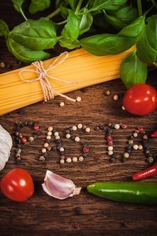 Frame van ingrediënten op spaghetti met tekst
