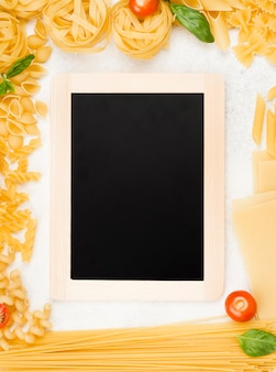 Frame van italiaanse pasta met schoolbord