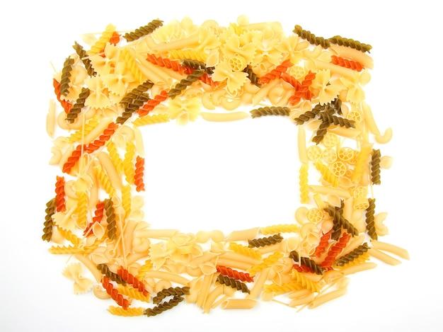 Frame van italiaanse pasta op een witte achtergrond. meelproducten bij het koken