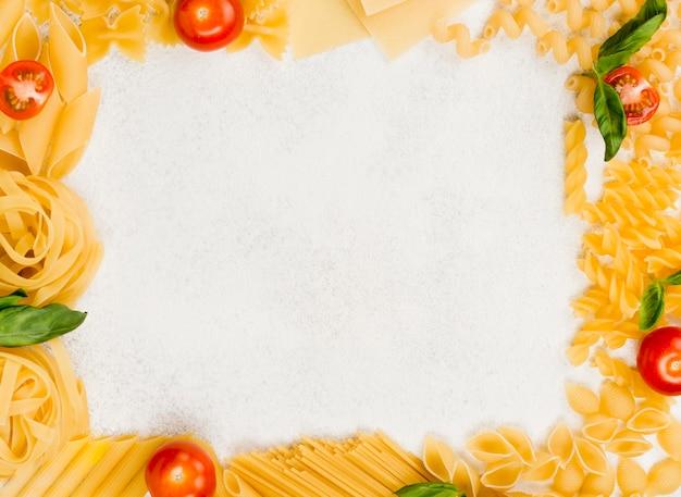 Frame van italiaanse pasta op tafel