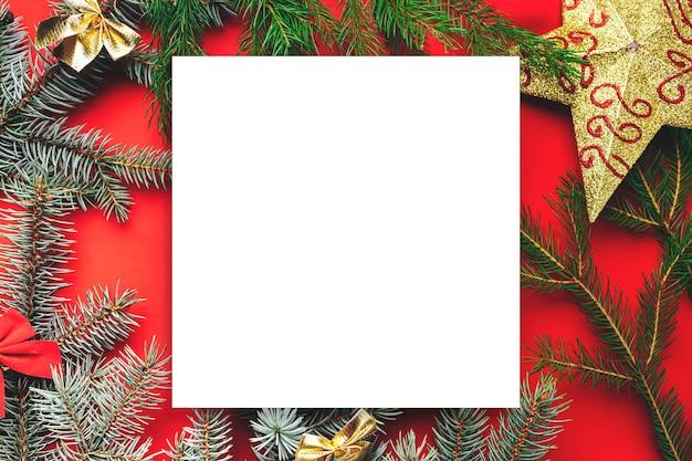 Frame van kerstmisdecoratie op rood.