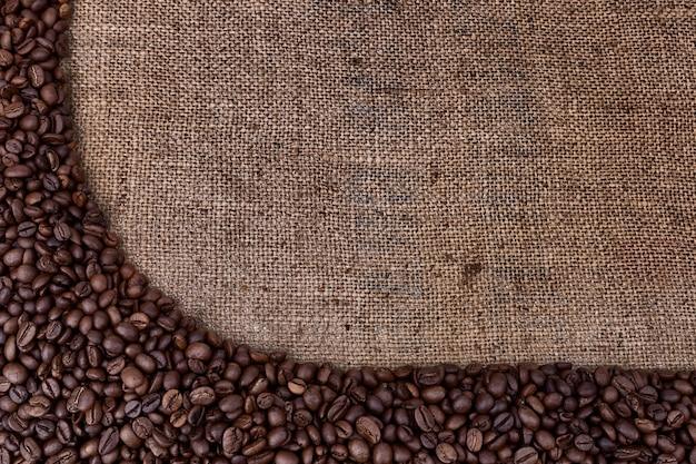 Frame van koffiebonen op vintage zak.