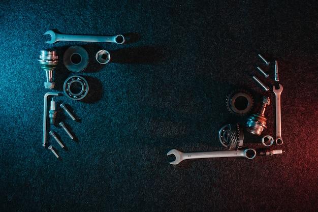 Frame van lagers, moersleutels, bouten op donker