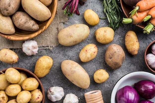 Frame van natuurlijke groenten op tafel