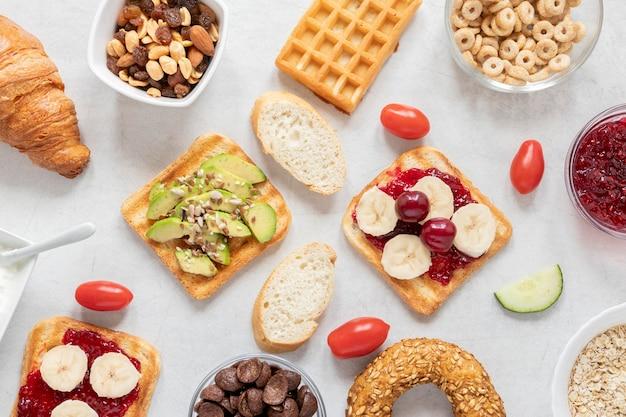 Frame van ontbijt delicatesse op tafel