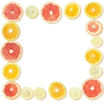 Frame van sinaasappel-, citroen- en grapefruitplakken geïsoleerd op wit