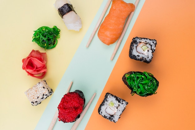 Frame van sushi met stokjes op tafel