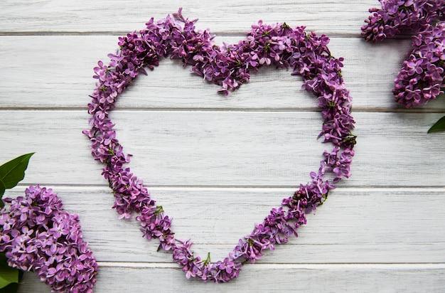 Frame van takken en bloemen van lila in de vorm van een oor