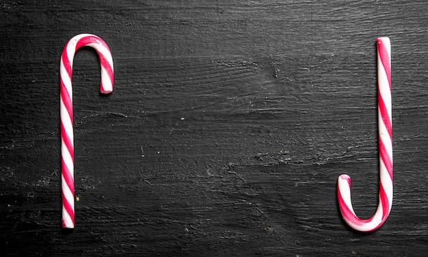 Frame van twee suikersuikergoed. op het zwarte bord.