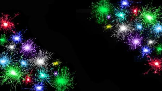 Frame van veel veelkleurige vuurwerk geïsoleerd op zwarte achtergrond. ruimte kopiëren. idee voor het versieren van de feestdagen: kerstmis, nieuwjaar, jubileum, onafhankelijkheidsdag, verjaardag