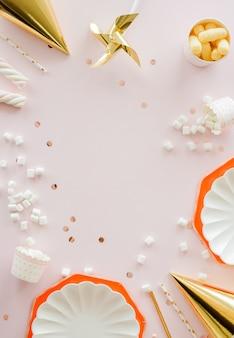 Frame van verjaardagsfeestje benodigdheden. stoffige roze achtergrond