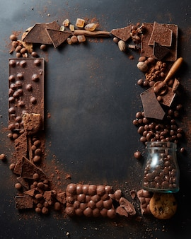 Frame van verschillende chocolaatjes op een donkere achtergrond