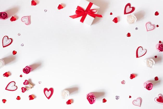 Frame van verschillende harten, geschenkdoos en zeep bloemen rose bud.