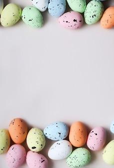 Frame van verschillende kleurrijke paaseieren. plaats voor tekst.