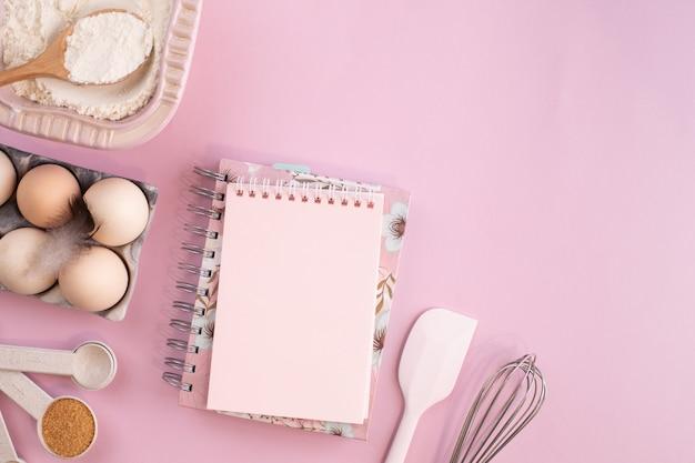 Frame van voedselingrediënten om te bakken op een zacht roze pastel oppervlak