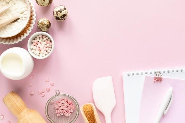 Frame van voedselingrediënten voor het bakken op een zacht roze pastel. bakken concept.