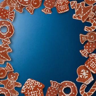 Frame van zelfgemaakte peperkoekkoekjes op een blauwe achtergrond