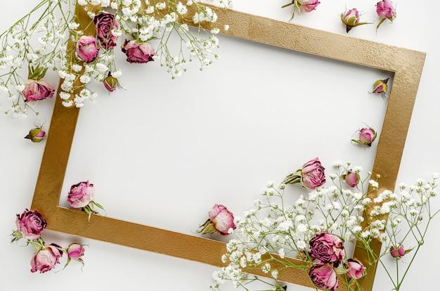 Frame versierd met gedroogde roze rozen op witte achtergrond