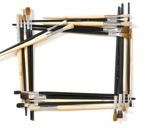 Frame voor foto's en penseel op wit wordt geïsoleerd