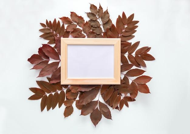 Frame voor foto's in geïsoleerde de herfstbladeren
