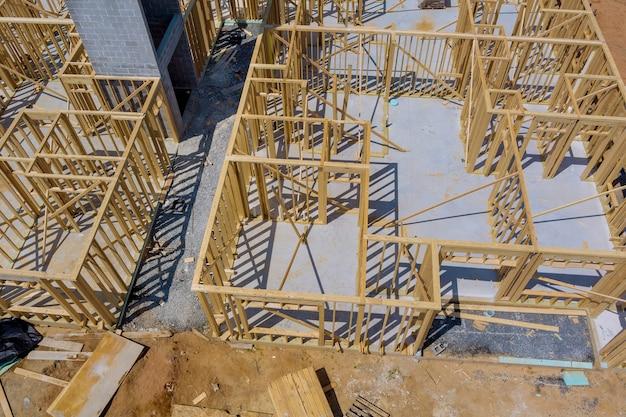Framebalk van nieuw huis in aanbouw huis inlijsten