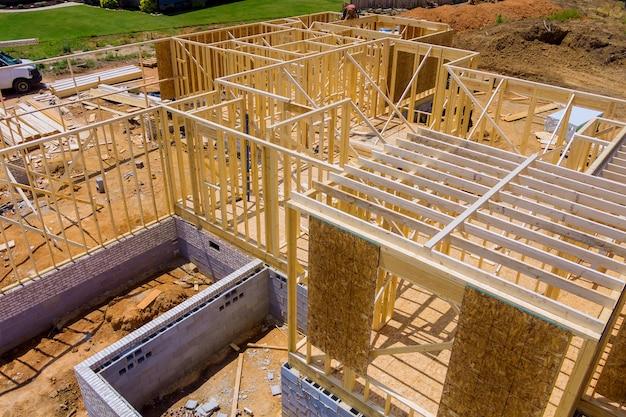 Framebalk van nieuw huis in aanbouw huisbalkconstructie