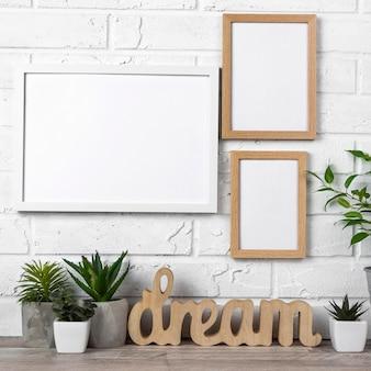 Frames op muur en bloempotten
