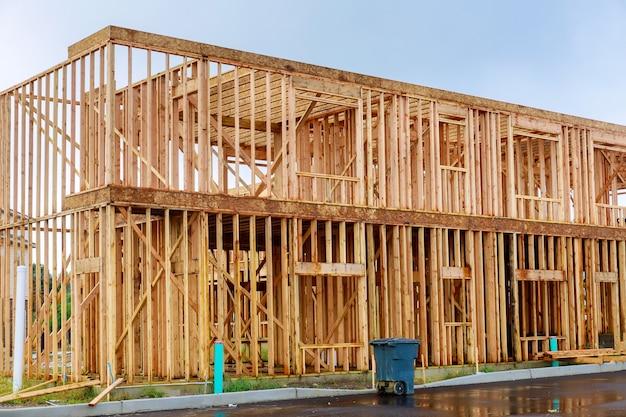 Framing van in aanbouw houten huis framestructuur bouwen op een nieuwe ontwikkeling