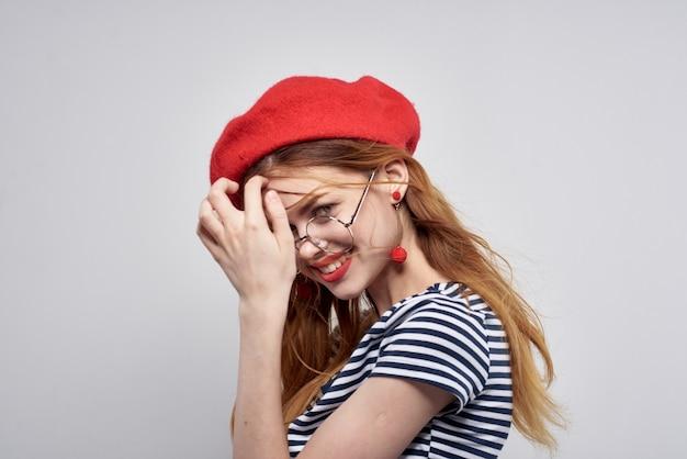 Française draagt een rode hoed make-up mode poseren levensstijl