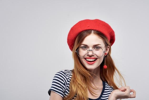 Française in een gestreept t-shirt rode lippen gebaar met zijn handen levensstijl