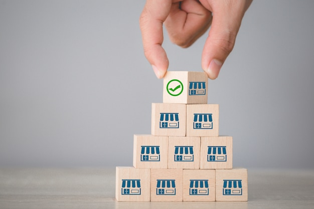 Franchise bedrijfsconcept, hand kiezen hout blog met franchise marketing.