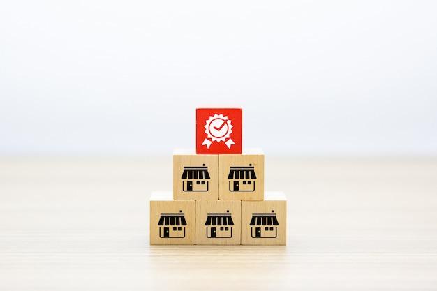 Franchise bedrijfspictogrammen slaan op houten stuk speelgoed blok en kwaliteitssymbool op.