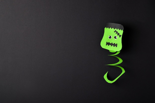 Frankensteins hoofd op een zwarte achtergrond heeft een plaats voor de tekst een wenskaart voor halloween