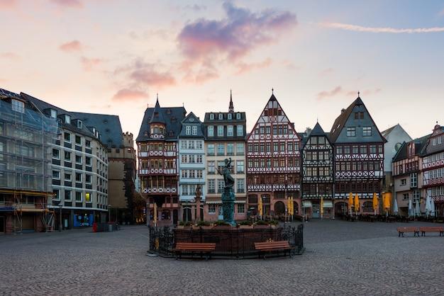 Frankfurt old town square romerberg met justitia standbeeld in frankfurt, duitsland.