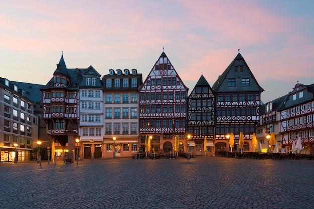 Frankfurt oude stadsplein romerberg met oude stijl huis in frankfurt, duitsland.