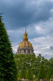 Frankrijk. bewolkte zomeravond in parijs. uitzicht op hotel invalides vanuit de tuin van het rodin museum