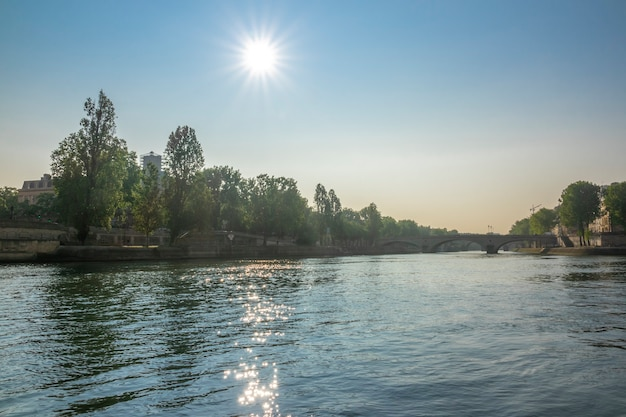 Frankrijk. een heldere wolkenloze dag in de zomer van parijs. hete zon over de rivier de seine, oevers en bruggen